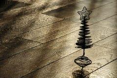Silhouet van de Kerstmisboom op een houten vloer Stock Foto's