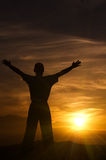 Silhouet van de man in bergen bij zonsondergang Stock Foto