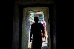 Silhouet van de mens bij de ingang aan het hol van Goa Gajah in Bali royalty-vrije stock afbeeldingen
