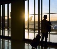Silhouet van de mens dichtbij venster in luchthaven Stock Fotografie