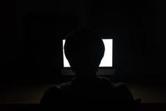 Silhouet van de mens die lege het schermlaptop in donkere ruimte met behulp van Stock Afbeelding