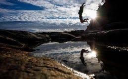 Silhouet van de mens die in Noorse aard springen Stock Foto's