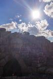 Silhouet van de mens met camera op de ruïnes die van een oud kasteel, beelden van landschappen nemen Royalty-vrije Stock Afbeelding