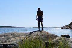 Silhouet van de mens ongeveer om in de oceaan te duiken Stock Foto