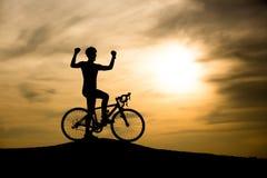 Silhouet van de mens op bergfiets royalty-vrije stock fotografie