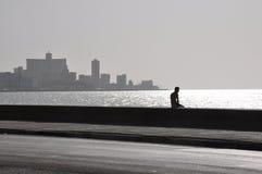 Silhouet van de mens op Malecon, Havana Stock Foto's