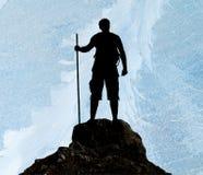 Silhouet van de mens op piek van berg Royalty-vrije Stock Foto's