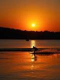 Silhouet van de mens op waterskien bij zonsondergang royalty-vrije stock afbeelding