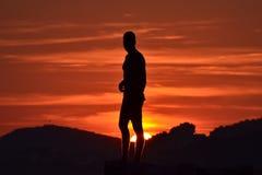 Silhouet van de mens in zonsondergang Royalty-vrije Stock Afbeeldingen