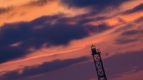 Silhouet van de overzeese vuurtoren met zonsondergang op de achtergrond stock footage