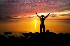 Silhouet van de persoon op zonsondergang Royalty-vrije Stock Foto