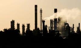 Silhouet van de post van de ruwe olieraffinaderij tijdens schemer Stock Foto