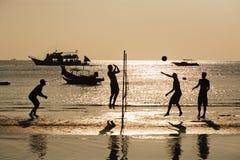 Silhouet van de speler van het strandvolleyball in zonsondergang stock afbeelding