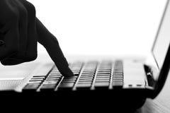Silhouet van de vingerpers een sleutel op het toetsenbord Stock Foto's