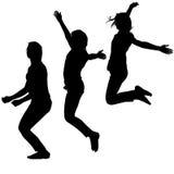 Silhouet van drie jonge meisjes die met omhoog handen springen, motie Vector illustratie Stock Afbeeldingen