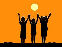 Silhouet van drie kinderenvriendschap bij zonsondergang Royalty-vrije Stock Afbeelding