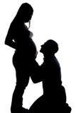Silhouet van echtgenoot die zwangere vrouw bekijken Royalty-vrije Stock Fotografie