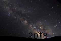 Silhouet van een bevindende sportieve mens voor Gelukkige Nieuwjaar 2018 rug stock foto