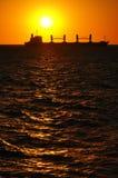Silhouet van een Boot bij Zonsondergang Royalty-vrije Stock Afbeelding