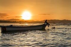 Silhouet van een boot en mensen bij een strand in Puerto Viejo DE Talamanca, Costa Rica Royalty-vrije Stock Afbeelding