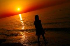 Silhouet van een dame die door het overzees lopen royalty-vrije stock foto's