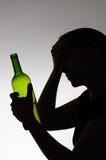 Silhouet van een droevige drinker Stock Afbeelding