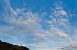Silhouet van een dwarsfietser die van het land bergaf gaan royalty-vrije stock foto's