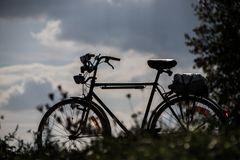 Silhouet van een fiets van mensen stock afbeeldingen