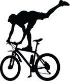 Silhouet van een fietser die zich op fiets bevinden stock illustratie