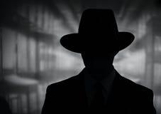 Silhouet van een geheimzinnige mens in een hoed royalty-vrije stock foto