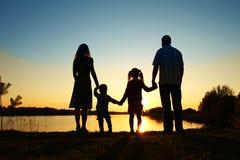 Silhouet van een gelukkige familie Stock Foto's