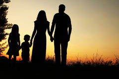Silhouet van een gelukkige familie met kinderen Stock Afbeeldingen