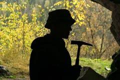 Silhouet van een geoloog in een hol stock afbeelding
