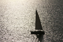 Silhouet van een jacht in overzees. Royalty-vrije Stock Fotografie