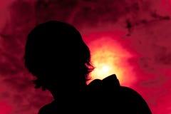 Silhouet van een jonge mens royalty-vrije stock fotografie