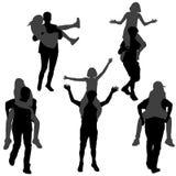Silhouet van een jonge mens die zijn meisje op de rug vervoeren vector illustratie