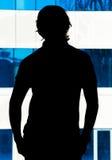 Silhouet van een jonge mens in het bureau royalty-vrije stock fotografie