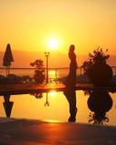 Silhouet van een jonge vrouw in de zonsondergang Royalty-vrije Stock Foto