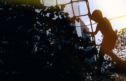 Silhouet van een Jongen die op de Kabel beklimmen Stock Afbeeldingen