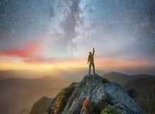 Silhouet van een kampioen op bergpiek stock afbeeldingen