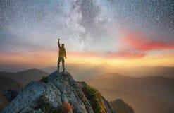 Silhouet van een kampioen op bergpiek royalty-vrije stock afbeeldingen
