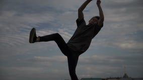 Silhouet van een kerel die een salto mortale doen stock footage