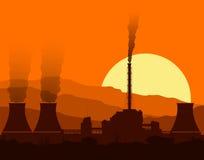 Silhouet van een kernenergieinstallatie bij zonsondergang Stock Foto's