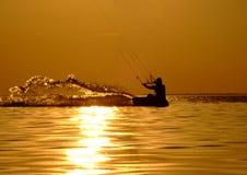Silhouet van een kitesurf Royalty-vrije Stock Foto's