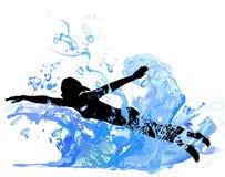 Silhouet van een meisje die in de golven zwemmen stock fotografie