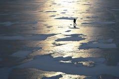 Silhouet van een mens die op het ijs lopen royalty-vrije stock afbeeldingen