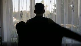 Silhouet van een mens gekleed in de ruimte stock videobeelden
