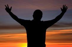 Silhouet van een mens met actie tijdens zonsopgang royalty-vrije stock fotografie