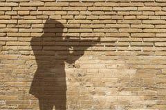 Silhouet van een mens met een kanon Royalty-vrije Stock Foto's