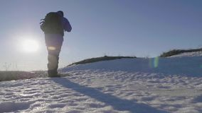 Silhouet van een mens met een rugzak tegen heldere hemelzonsondergang De zon daalt reis concept De toerist gaat reisaard stock videobeelden